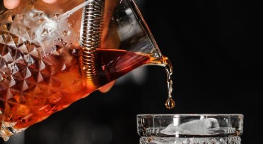 适量饮酒的人患心脏病的几率较低甚至可能比不喝酒的人活的时间更长