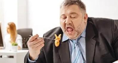 身材发胖和你吃多吃少的关系不大重要的是你身体摄入的热量远大于你输出的热量