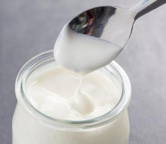 喝牛奶能很好得帮我们补充钙质促进生长发育