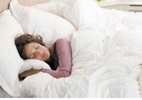 夜间睡眠时间与阿尔茨海默病风险呈U型关系