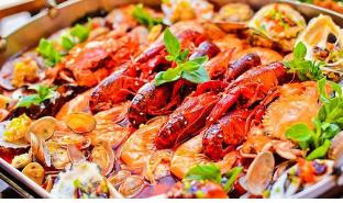 小龙虾以及海鲜类食物富含嘌呤极易引发痛风