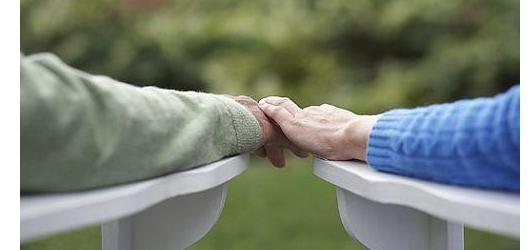 中度严重痴呆的老年人取决于他们是住在家里还是住宿护理或护理设施