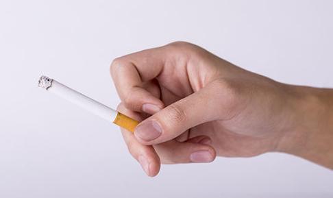 日常生活中很多人都想去除衣服上的烟味