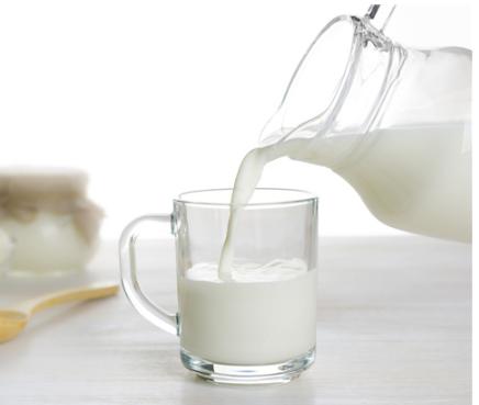 牛奶和羊奶非常适合儿童饮用可以促进孩子的生长发育