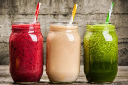 使用有机食品制成的新鲜自制冰沙可以改善您的早餐习惯