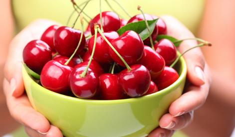 新鲜的樱桃充满甜味和酸味充满活力是儿童和成人的夏日佳肴
