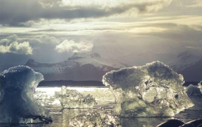 随着地球变暖 南极冰架面积的三分之一有崩塌的危险