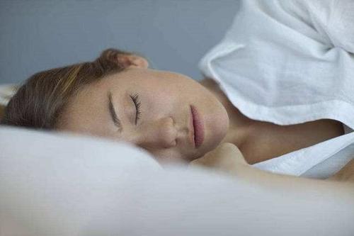 在正常的睡眠状态下 声音无法穿透介导意识和记忆力的大脑区域