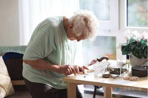 三分之一的美国人使用灰色市场护理人员来帮助老年人和痴呆症患者
