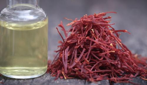 研究人员确定了红花中历史悠久的红色着色剂红花素的生物合成