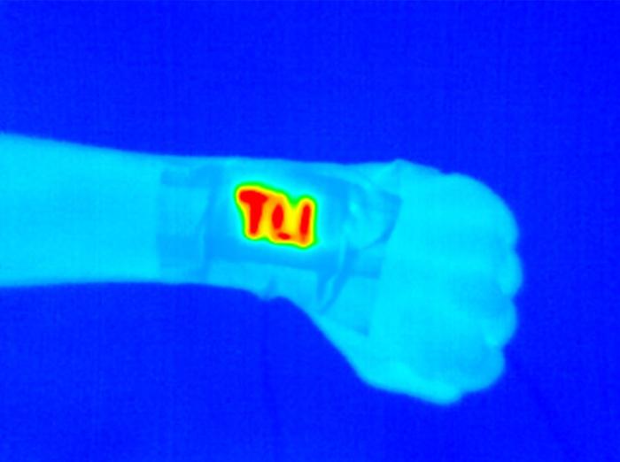 轻巧的电腕带加热器可提供持续 便携的温暖