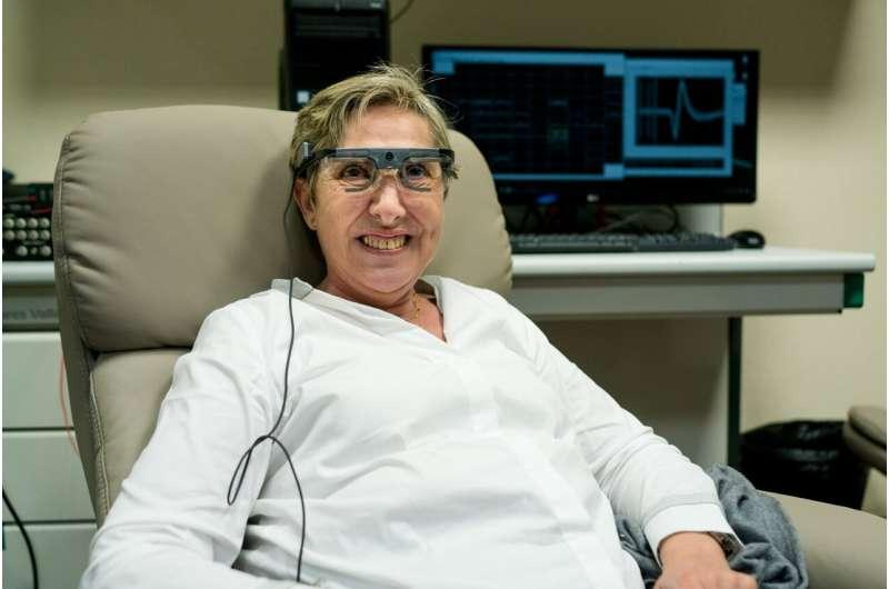 大脑植入物刺激盲人的视力可以让她看到简单的形状和字母