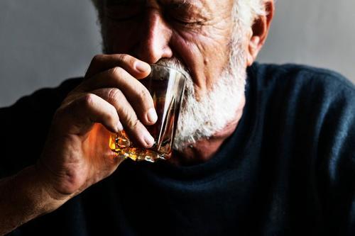 长期酗酒的老年人会失去神经认知能力