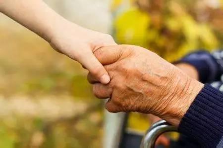 与衰老有关的体温下降加剧了阿尔茨海默氏病的表现